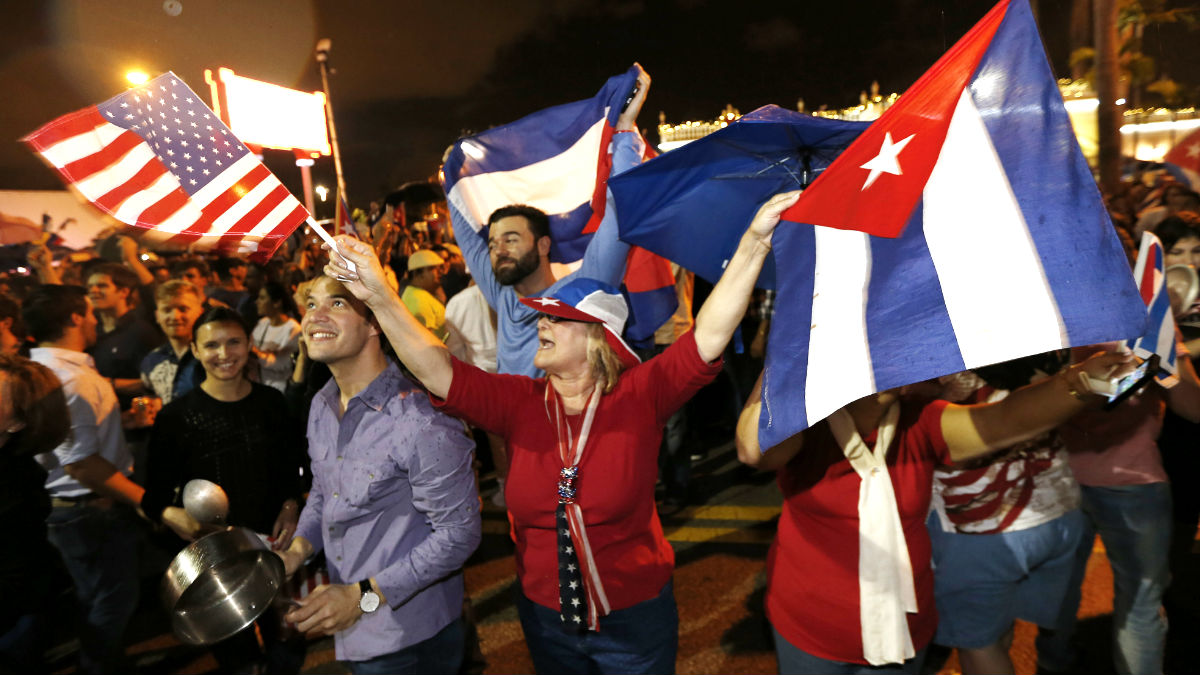 Exiliados cubanos celebran en las calles de Miami la muerte de Castro (Foto: AFP).