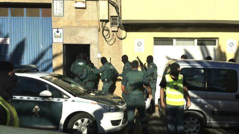 Agentes de la Guardia Civil en el operativo para detener a un yihadista. (Foto: EFE)