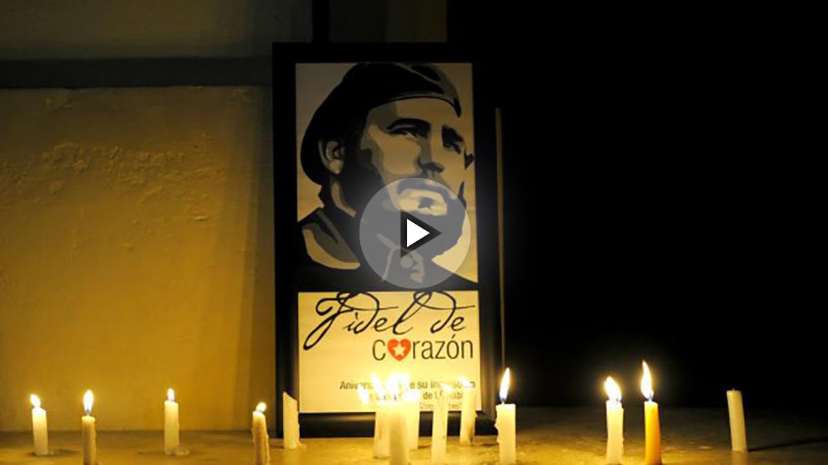 Velas en recuerdo a Fidel Castro en la universidad de La Habana (Foto: AFP).