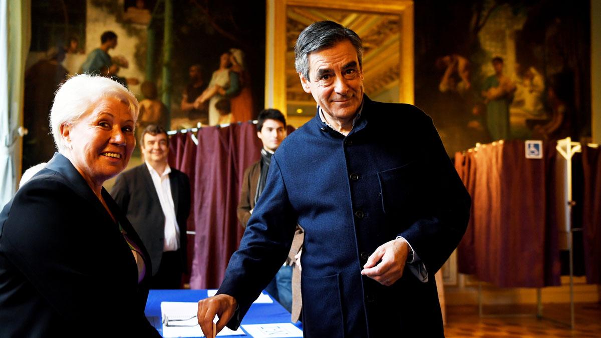 Fillon depositando su voto en las primarias de Los Republicanos en Francia (Foto: AFP)