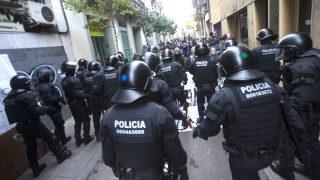 Los mossos durante una intervención (Foto: Efe).
