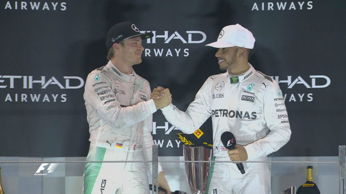 Rosberg y Hamilton se saludan en el podio.