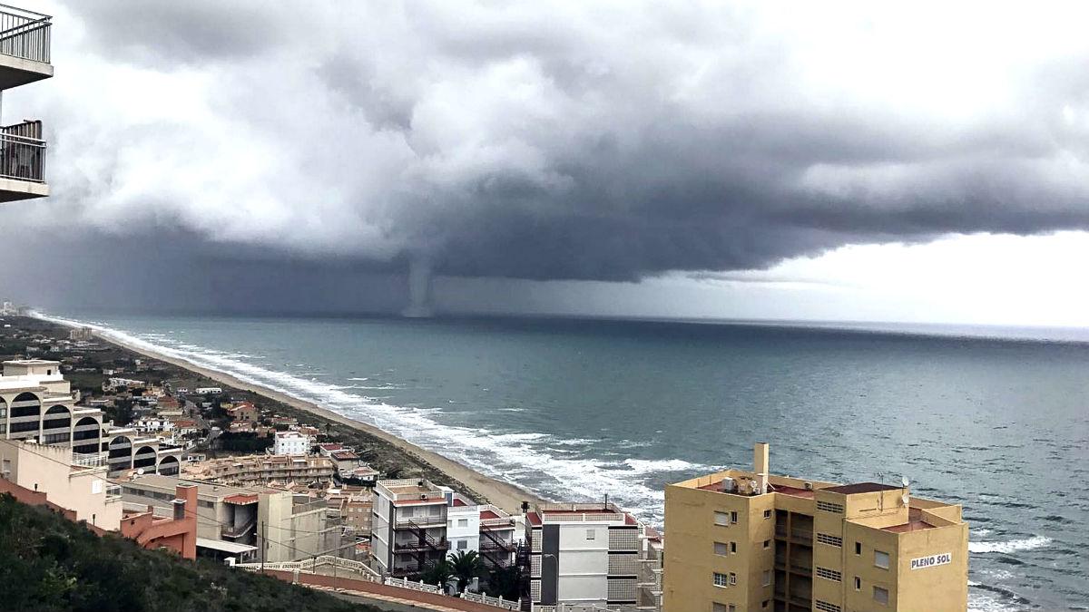 Efectos de una tormenta en el litoral valenciano (Foto: Efe).