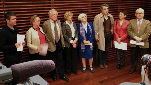 La alcaldesa Manuela Carmena con los miembros del Comisionado de Memoria Histórica. (Foto: Madrid)