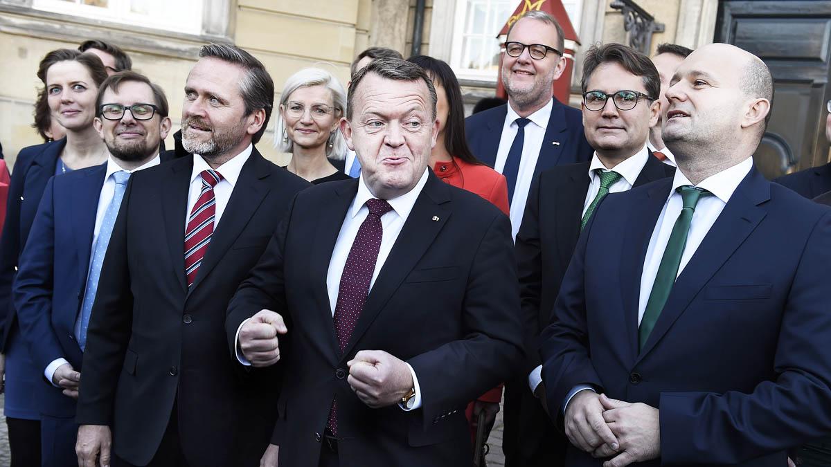 El primer ministro danés Lokke Rasmussen -en el centro- y el jefe de Exteriores Samuelsen a la izquierda (AFP)