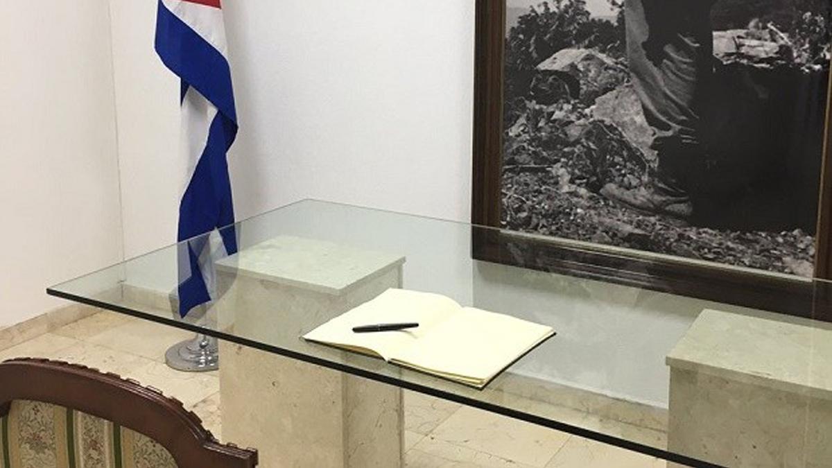 Libro de firmas en la Embajada de Cuba en Madrid.