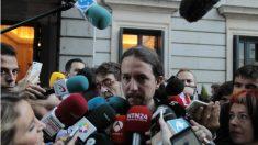 Pablo Iglesias atiende a los medios de comunicación en el patio del Congreso. (OKD)