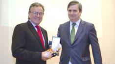 Viladoms recibe de manos de Miguel Cardenal la medalla al Mérito Deportivo. Ambos dirigentes tenían una estrecha relación.