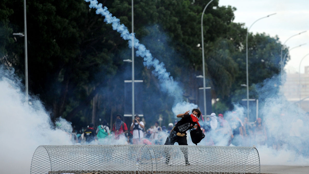 Un manifestante arroja piedras a la Policía. (Foto: AFP)