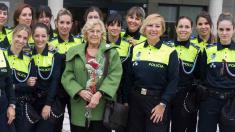 La alcaldesa Carmena con la última promoción de policías municipales. (Foto: Madrid)