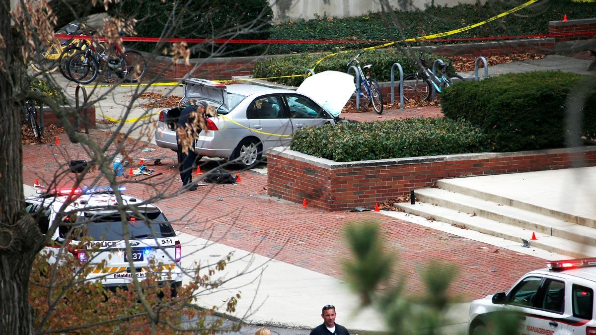 La Policía investiga la escena donde el terrorista de Ohio empotró su coche contra un grupo de estudiantes (AFP)