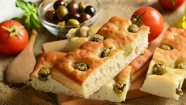 Pan de aceite de oliva con romero y aceitunas