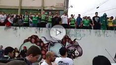 Los aficionados del Chapecoense se concentran en las inmediaciones del campo.
