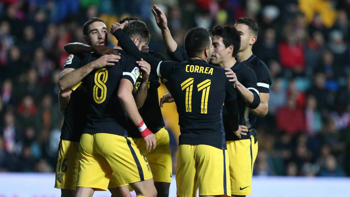 Los futbolistas del Atlético celebran el tanto de Saúl