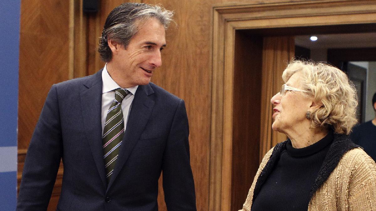 La alcaldesa Carmena con el ministro de Fomento, Íñigo de la Serna en verano. (Foto: Madrid)