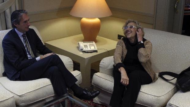 El ministro y la alcaldesa en la sede de Fomento. (Foto: EFE)