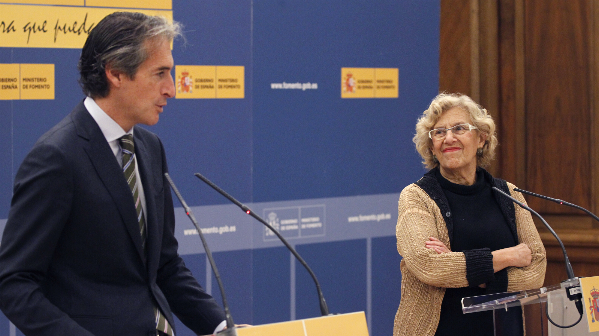 El ministro de Fomento, Íñigo de la Serna, junto a la alcaldesa de Madrid, Manuela Carmena (Foto: EFE).
