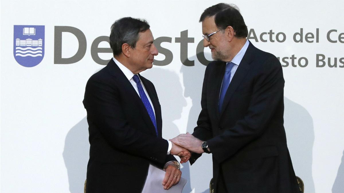 Mario Draghi saluda a Mariano Rajoy en el aniversario de Deusto Business School. (EFE)