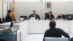 El etarra Alberto Ilundain Iriarte, alias 'Mollejas', en el banquillo de espaldas ante el tribunal. (EFE)