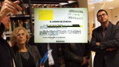 La alcaldesa Manuela Carmena junto al concejal Carlos Sánchez Mato visitando Vicálvaro. (Foto: Madrid)
