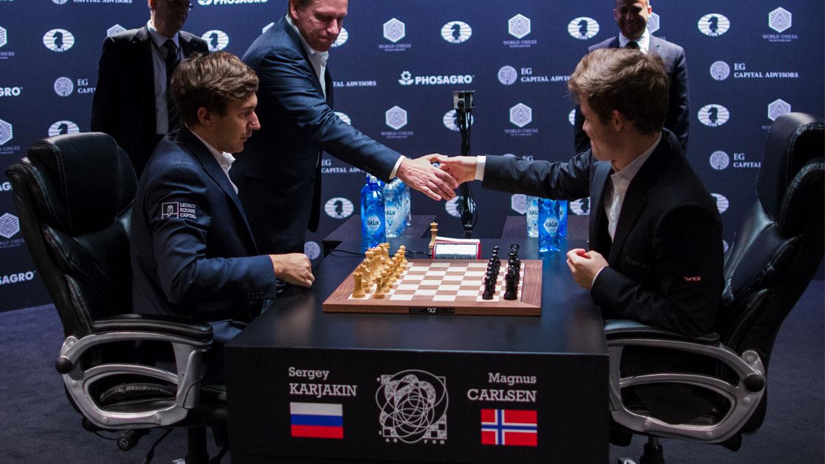 Un momento de la partida final entre Carlsen y Karjakin. (Foto: AFP)