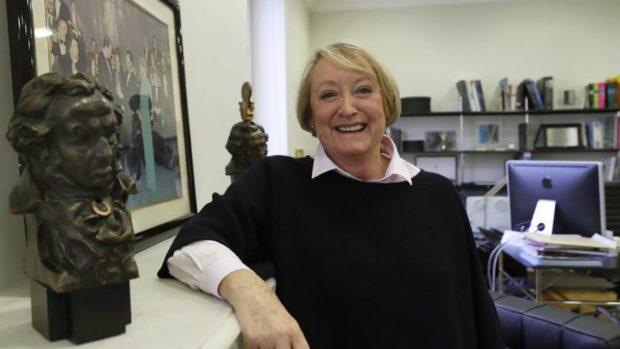 Yvonne Blake, actual directora de la Academia de las Artes y las Ciencias Cinematográficas, con el goya que ganó a mejor diseño de vestuario. Foto: EFE