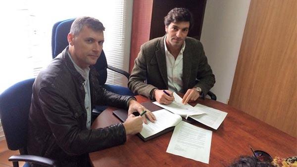 Los representantes de IU y PP en el Ayuntamiento de Jimena firmando la moción de censura presentada este viernes.