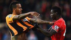 Balotelli agarra a un rival en su etapa en el Liverpool. (Getty)