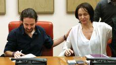 Carolina Bescansa junto a Pablo Iglesias. (Foto: EFE)