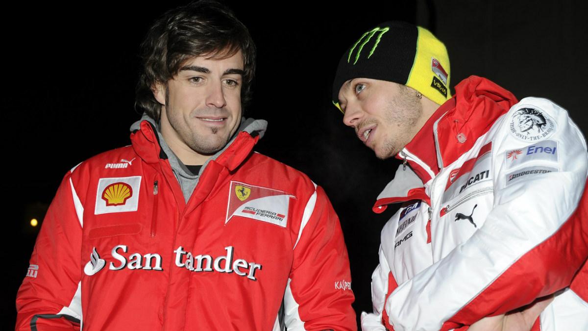 Fernando Alonso y Valentino Rossi hablan en una concentración de Ferrari.