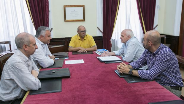 El concejal de medioambiente de Cádiz, Manuel González Bauza, en el centro de la imagen.