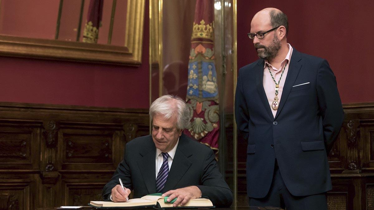 El presidente de Uruguay,Tabaré Vazquez (i) es recibido por el Alcalde de Santiago, Martiño Noriega (d), hoy en la visita institucional que realiza en Galicia. (Foto: EFE)
