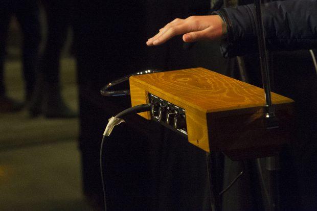 Dorit Chrysler tocando el theremin. Foto: Patricia Nieto