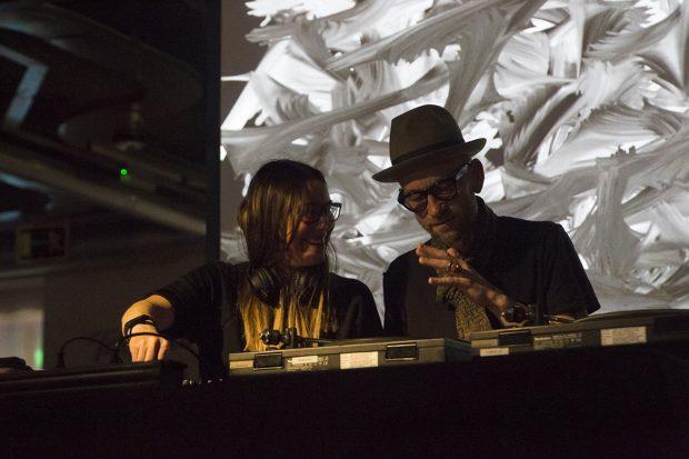 Andrea Parker junto a BlackAtelier, a cargo de los visuales. Foto: Patricia Nieto