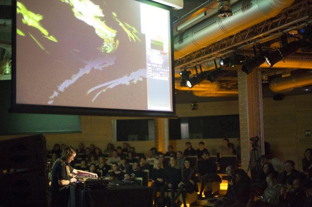 Andrea Parker con el Espacio Fundación Telefónica lleno. Foto: Patricia Nieto