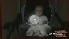 Una mujer aseguraba que poseía una muñeca de más de 100 años que se movía sola, pero los demás no la creían así que decidió grabarlo.