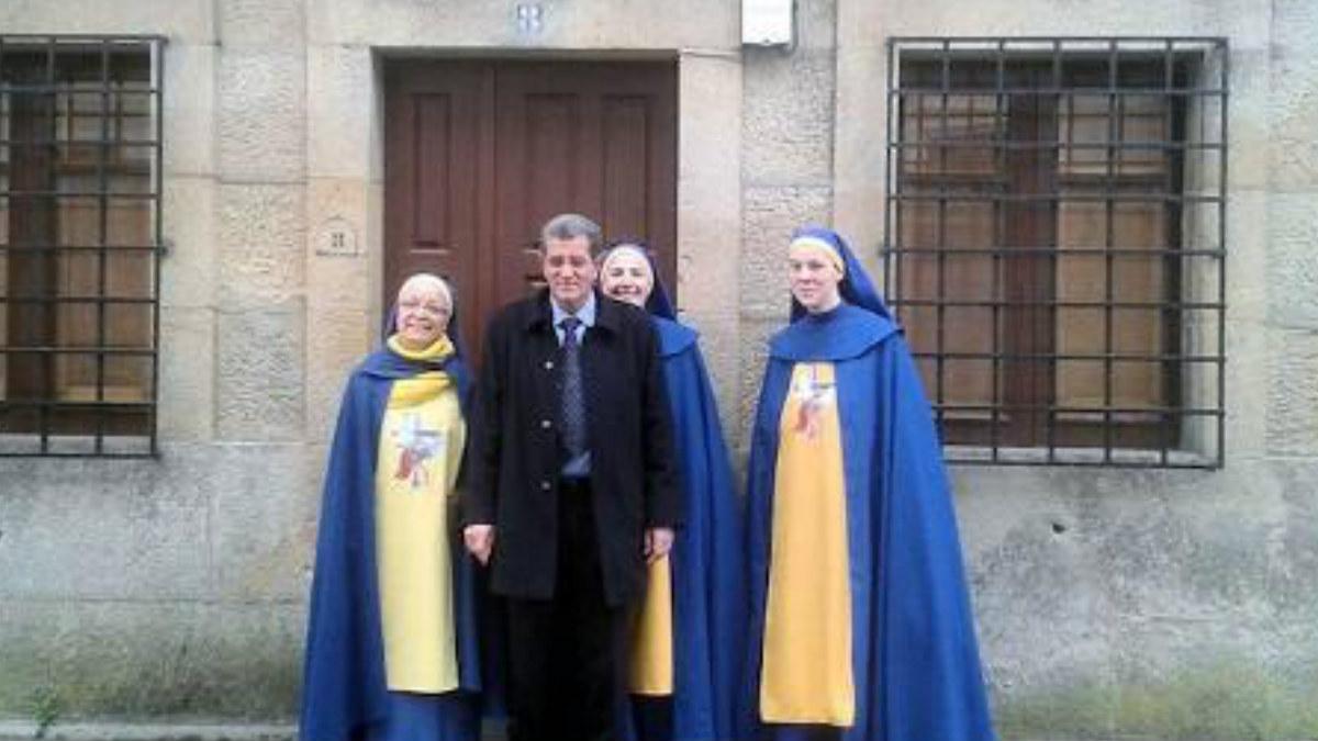 Miguel Rosendo con algunas de las pseudomonjas de la Orden y Mandato de San Miguel Arcángel, mas conocida como los 'miguelianos'. Foto: Agencias