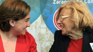 Ada Colau, alcaldesa de Barcelona, junto con Manuela Carmena, alcaldesa de Madrid. Foto: Archivo