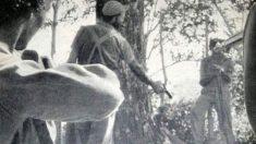 Fidel Castro apuntando a un hombre con una pistola.
