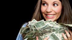 Una joven sostiene una gran cantidad de billetes (Foto: GETTY/ISTOCK).
