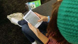 Una joven lee en su ebook (Foto: GETTY).