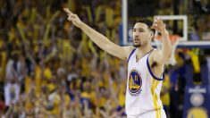 Klay Thompson celebra una canasta. (Getty)