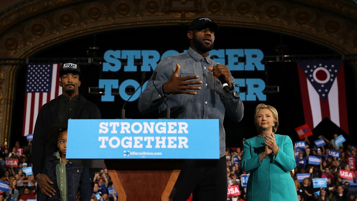LeBron James, junto a Hilary Clinton y J.R. Smith en un acto previo a las elecciones de EEUU. (Getty)