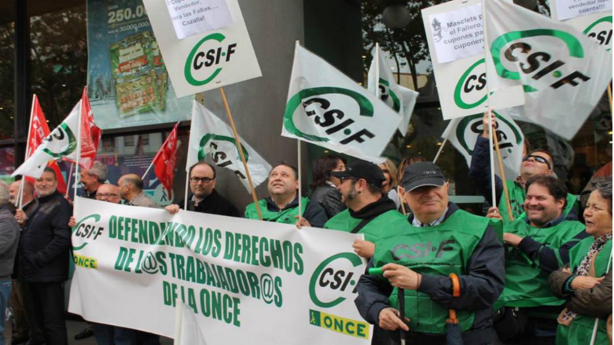 Trabajadores de la ONCE se manifiestan en Valencia. (Foto: CSIF).