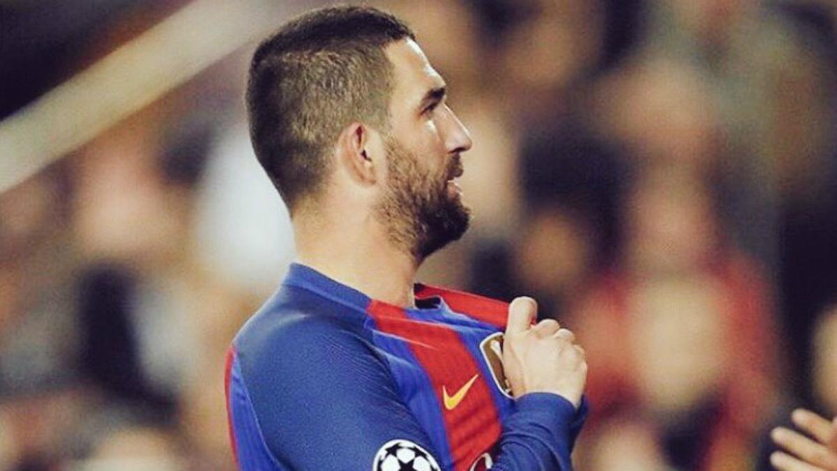 Arda Turán señala el escudo del Barça tras anotar un gol. (Twitter)
