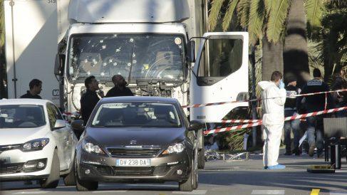 14 de julio. Un camión arrolla a centenares de personas en el Paseo de los Ingleses de Niza. Fallecen 85 personas. (Foto: Getty)
