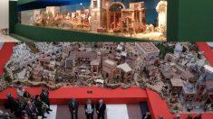 Los belenes de Carmena (arriba) que no presentó y Cifuentes con el suyo (abajo). (Fotos: Madrid / Comunidad)