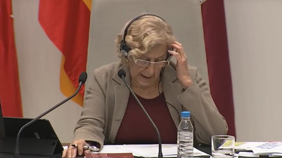 La exjueza Carmena con auriculares en el Pleno de noviembre. (Foto: YT)