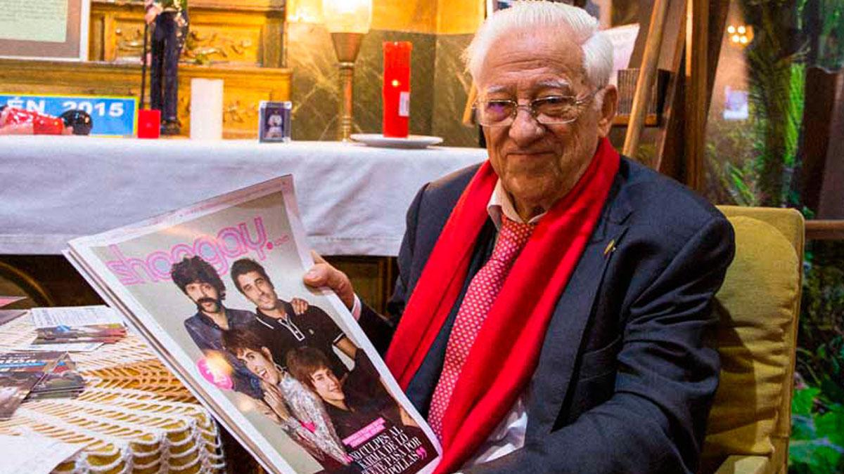 El padre Ángel con un ejemplar de la revista Shangay. ((Foto: Pablo Carrasco de Juanas / Shangay)