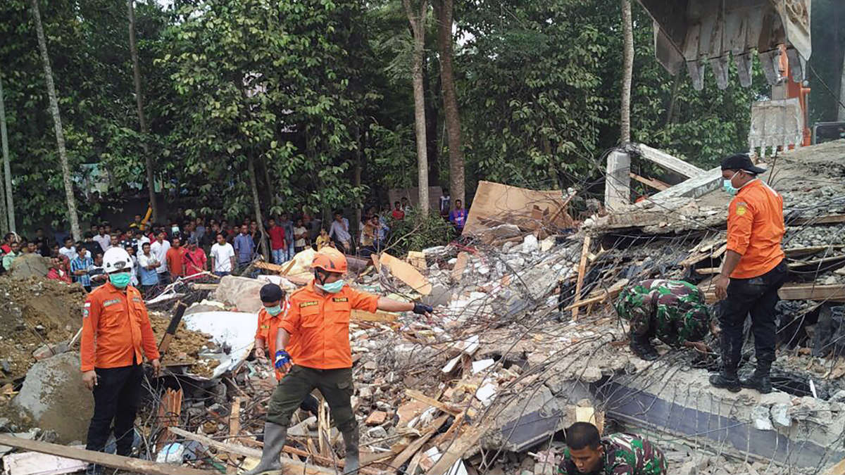 Personal del Equipo de Rescate y Salvamento de Indonesia se afana por sacar de los escombros a los supervivientes. Foto: AFP